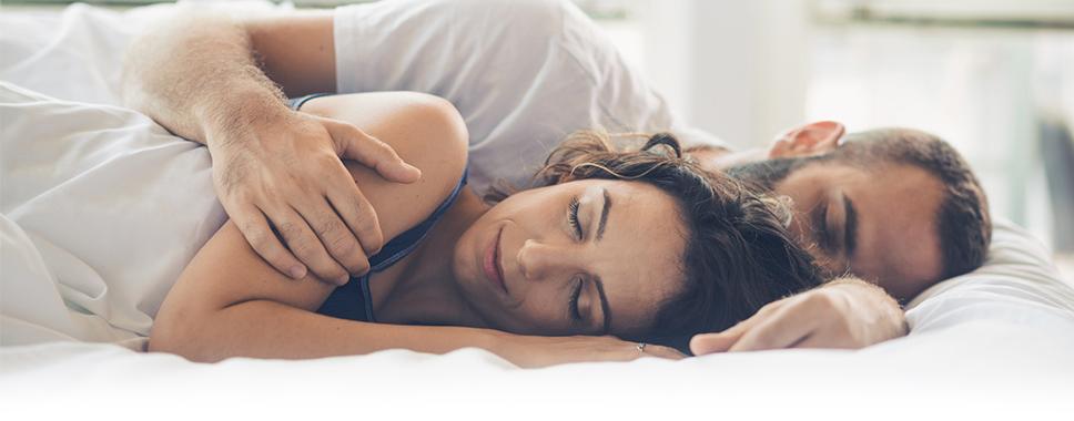 Ein paar schläft dank Matratzenkeil sehr gut